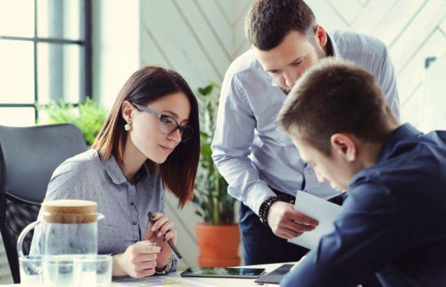 Бизнесмен делегируют свои полномочия другим компаньонам