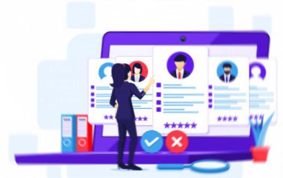 Предприниматель изучает анкеты потенциальных сотрудников на веб-сайте