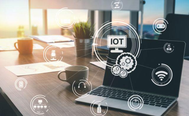 Технологические связи современного бизнеса на фоне ноутбука